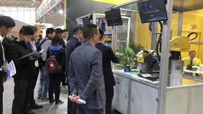 中卓智能携手智能机器人发那科展示自动拧紧工作站